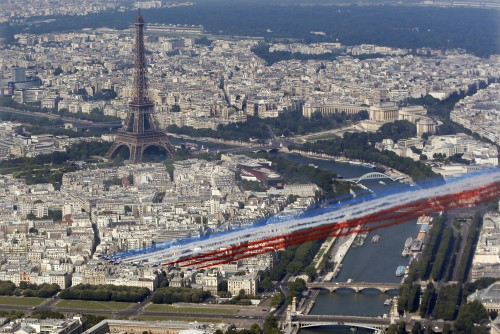 The French aerial display team Patrouille de France (French Aerobatic Patrol) flies in front of the Eiffel tower as part of the traditional Bastille day military parade, in Paris, July 14, 2013.     REUTERS/Charles Platiau  (FRANCE - Tags: ANNIVERSARY MILITARY TPX IMAGES OF THE DAY) - RTX11MJ5