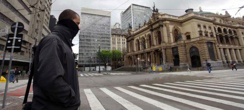 27set2012---homem-se-protege-de-frio-que-atinge-o-centro-de-sao-paulo-nas-primeiras-horas-do-dia-a-capital-paulista-teve-a-menor-temperatura-do-anoter